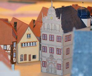 Das historische Rathaus im Stadtkern von Gemünden auf der Modellanlage
