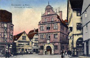 Das historische alte Rathaus im Stadkern von Gemünden auf einer Postkarte