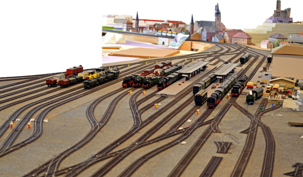 Historischen Eisenbahnanlage von Gemünden: Bahnhof mit Blick auf Altstadt und Paradestrecke