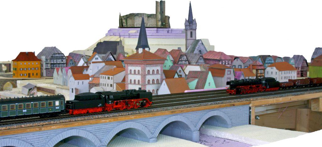 Historischen Eisenbahnanlage von Gemünden: Eisenbahnbrücke vor der Stadtkulisse
